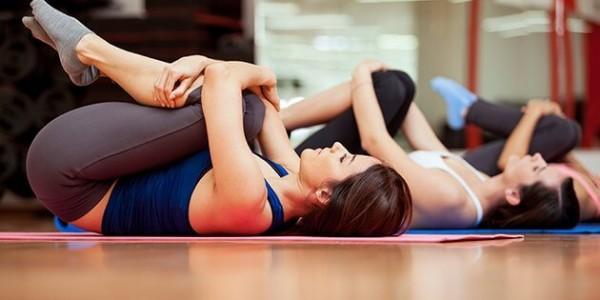 3 étirements à faire au lit pour prévenir la douleur de la sciatique